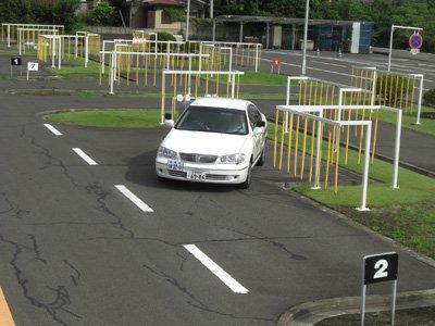 教習所「駐車するときはポールを目印にしろ」ワイ「おかのした」