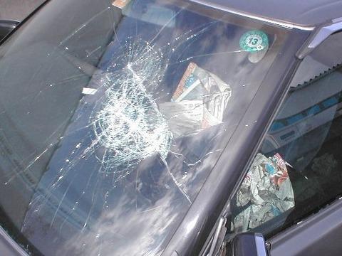 【悲報】ワイ、お客様の新車の窓ガラスを破壊する