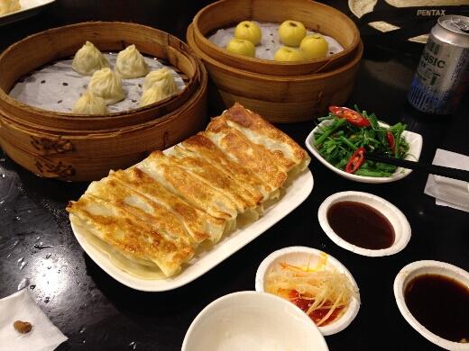 中正祈念堂の横の杭州小籠湯包で、小籠包と焼き餃子とかぼちゃのスイーツをオーダー。小菜は空芯菜を。噂どおりめちゃ美味いし安い!台北に行ったらこの店はオススメですよ!
