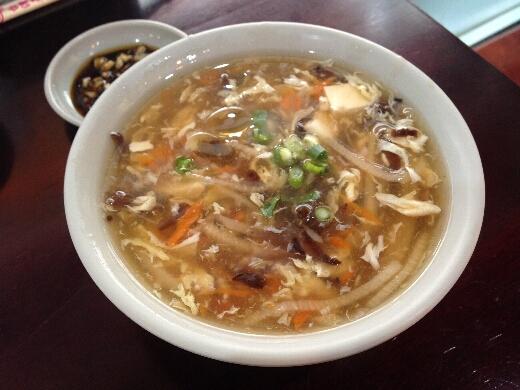 酸辣湯は酸っぱさも辛さも控えめで、酸っぱいものがちょっとニガテなおいらでも美味しく食べられたとですw