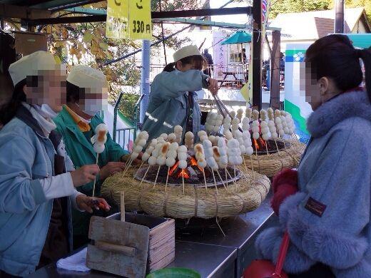 高尾山駅周辺は醤油をつけて焼く「だんご」のいい匂いが漂ってますw