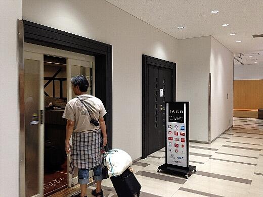 チェックインを済ませた後、成田空港第2ターミナルのIASSラウンジで出発時間まで過ごす。なかなかキレイなラウンジだったよ。