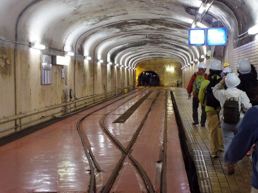 クロヨン見学を終えてバッテリー駆動のトロッコに乗り立坑エレベーター乗り場へと向かいます。作業員用なのでめっちゃ狭いですこれ。トンネルも狭い!