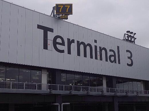機内から成田空港第3ターミナルを望む。余計なものを排したシンプルなターミナルなんだけど、安くなるならこれぐらいシンプルで十分だよねって思うw