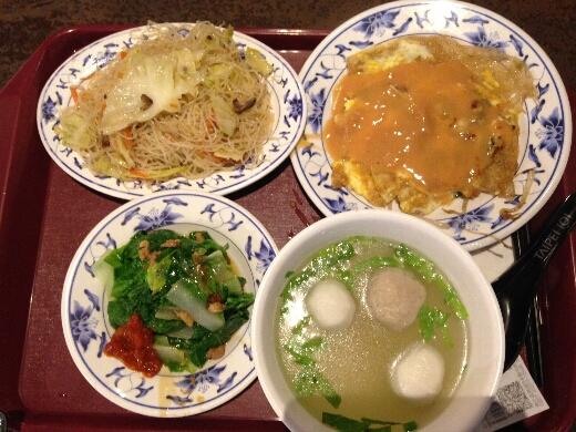 興葉蚵仔煎では、蚵仔煎+炒米粉+綜合丸湯+青菜のセットを。どちらも台湾では超定番の台湾小吃セット。