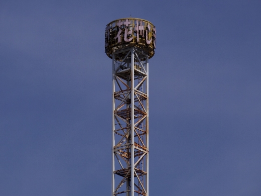 花やしきのシンボルタワー「スペースショット」のタワーです。歴史を感じさせるw