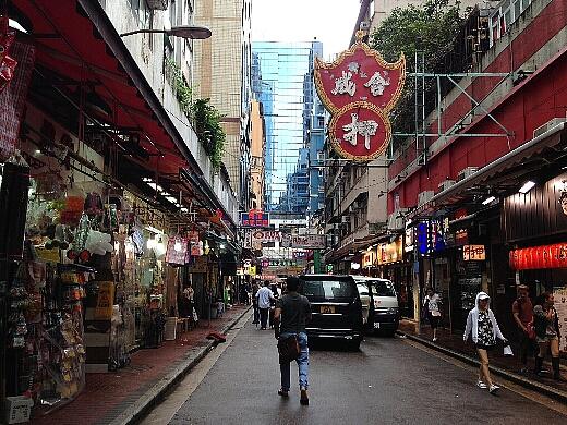 香港飲茶をタップリと愉しんだあと、南京街から上海街を通り昨年宿泊したイートンホテル入り口前にある翠華餐廳(スイカレストラン)へ。
