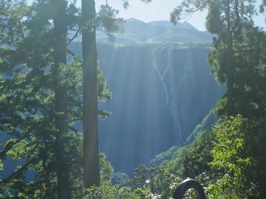 天空ロード途中の滝見台では立山連峰の水を集める落差350メートルの大瀑布の全貌が見れます。ちょっと遠くて小さくて迫力には欠けるけどw