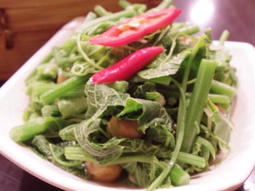 この空芯菜がめちゃめちゃ美味かったなぁ。和えてある豆は固くて食べなかったけどw