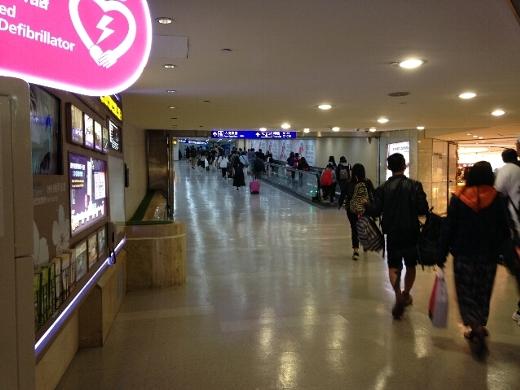 台湾桃園国際空港までの道中は、台風の影響でコトコト揺れるも大幅な遅れも無く無事に到着。出発の遅れをかなり取り戻した様子。