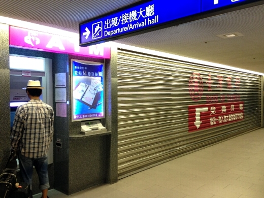 まずはATMで現地通貨を引き出し。時間に関係なく現地ATMを使えるようになったことで、出発前に外貨交換しなくて良くなった。これはかなり便利。