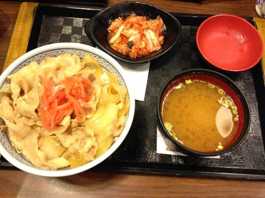 お腹も空いたので吉野家でかなり遅い夕食を。ほとんどの店はとっくに営業時間が終わってるからねぇ。味は日本とほぼ同じ。味噌汁がちょっと微妙だけどw