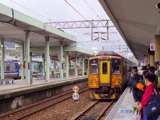 瑞芳駅で特急電車を降り、平溪線の普通列車に乗り換えます。かなりレトロな雰囲気のあるディーゼル列車ですw