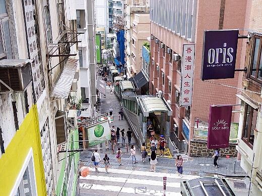 香港の名所のひとつ「ヒルサイドエスカレーター」を使い次の店へ。セントラルから高級マンションエリアのミッドレベルまでを結ぶ 全長約800mのエスカレーター。