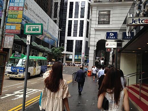 尖沙咀(チムサ−チョイ)から地下鉄に乗り、香港島の中環(セントラル)駅で下車し本日の食べ歩きスタート!