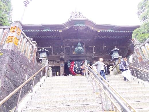階段を上り仁王門へ。なかなかの石段w