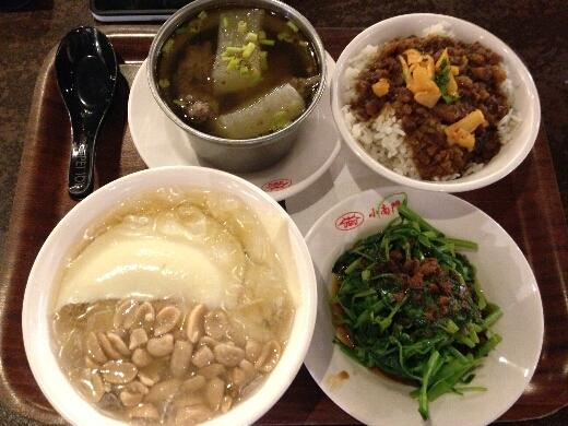 小南門傳統美食で、魯肉飯+排骨酥湯+燙青菜のセットに、豆花+花生を。