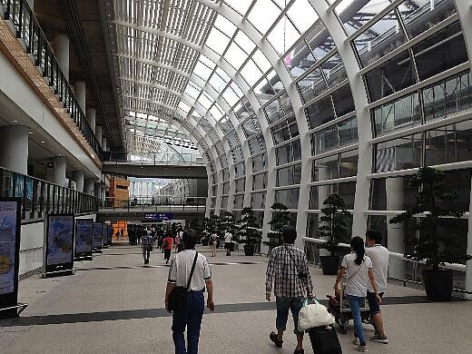 香港国際空港第1ターミナルから高速バス乗り場へと向かう。今回も九龍市内への移動は高速バスA21を利用。料金は33HK$(約470円)と安い!