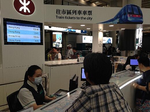 香港滞在中に利用する「オクトパスカード」を購入。日本でのSuicaと同じカードで、バスや地下鉄はもちろんコンビニでの支払いにも使える必携カードですw