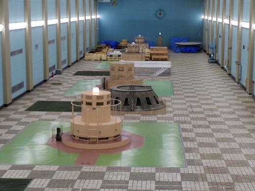 ミーティングルームでクロヨンの説明の後、実際に発電機を見にいきます。発電機上部は…殺風景ですが、取り外した水車なども置いてあり、なかなか面白かった。