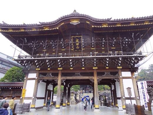 大本山成田山新勝寺の正門に到着。既に初詣の準備中かな?w