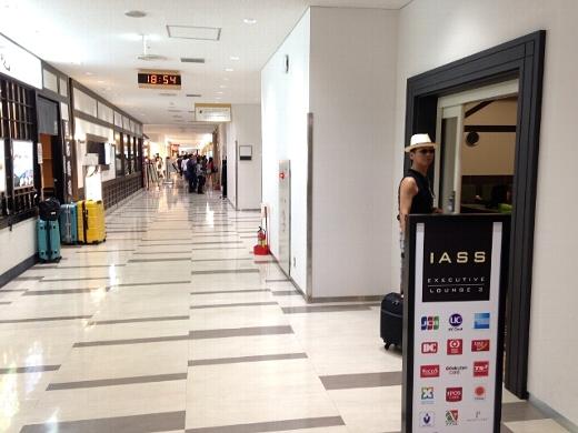 ジェットスターカウンターでチェックインを済ませた後、成田空港第2ターミナルのIASSラウンジで出発時間まで過ごす。