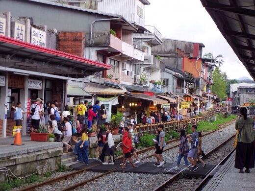 十分駅に到着。改札へは線路を渡っていきます。ローカル列車の旅っぽいw