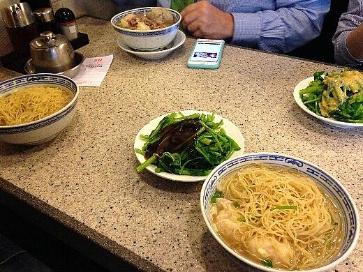 招牌雲呑麺(ワンタン麺)と油菜(茹で野菜)をオーダー。混雑時は相席が香港の常識。