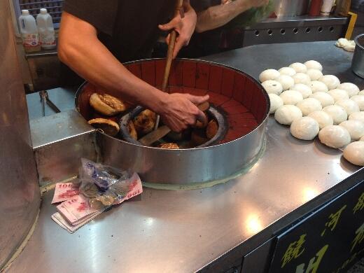 タンドリー釜でナンを焼くみたいに釜の側面に引っ付けて焼くのですよこれ。