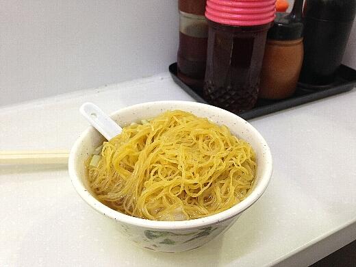 もちろん迷わず「上湯雲呑麺(シャンタンワンタンメン)」をオーダー。麺はすべて自家製の手作りなのだ。エビ入りワンタンは何処に?w