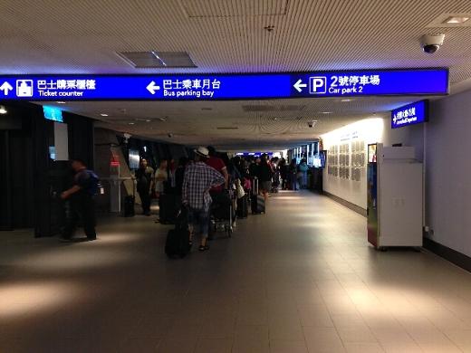 台北市内へのエアポートシャトルトレインに乗ろうと思ったんだけど、時間が遅くアウトオブサービス。仕方なく、高速バスに乗って台北市内へ行くことに。
