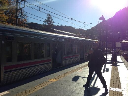高尾山口駅に到着。雲ひとつない快晴で気分は上々w