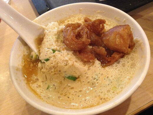 鹹豆漿は甘しょっぱいダシが入った豆乳スープに油條という揚げパンを入れた、茶碗蒸しのような料理でした。