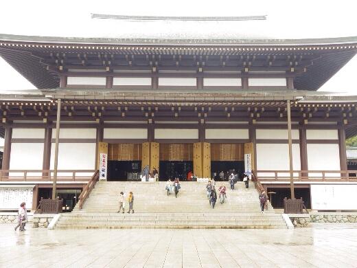 大本山成田山新勝寺の聖堂に到着。平日は人も疎らですw