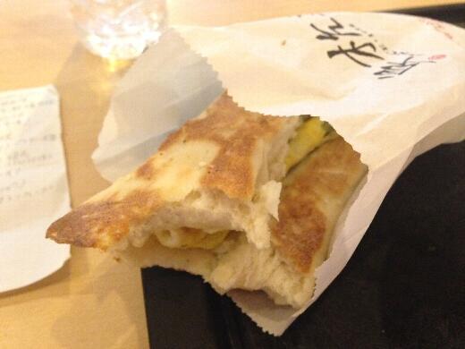厚餅夾蛋はネギ入りの卵焼きを挟んだナンみたいなパンでしたw