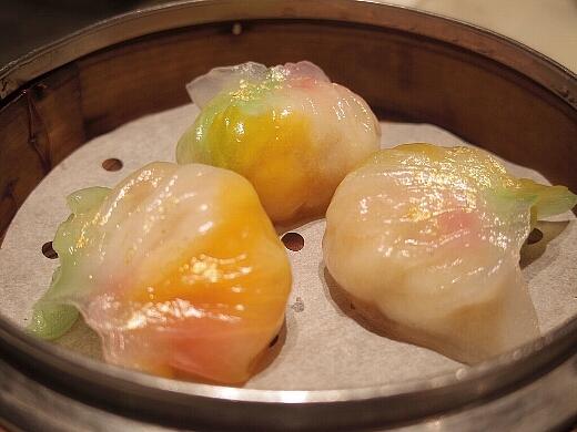 まずは尖沙咀の「YUM CHA」へ。ここの点心は見た目が楽しい。海老蒸し餃子は七色に光る。金箔まであるw