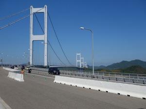 遠くに来島海峡大橋が見える