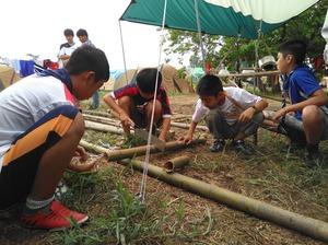 竹を分断して薪にします