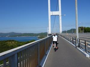 遠くに来島海峡大橋がみえる