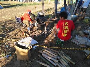 薪がなくなったので竹を投入する