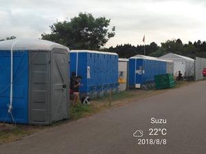 簡易トイレがたくさん並んでいます