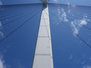 多々羅大橋の柱を見上げたところ