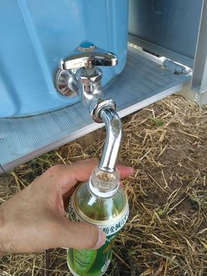 水道の蛇口から麦茶を補給