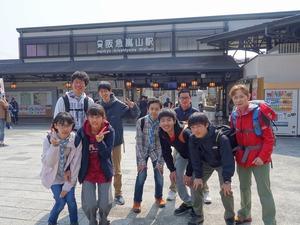 阪急嵐山駅の前で記念撮影