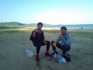 浜辺でカップ麺を食べる