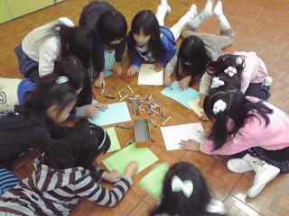 宿幼児作業中