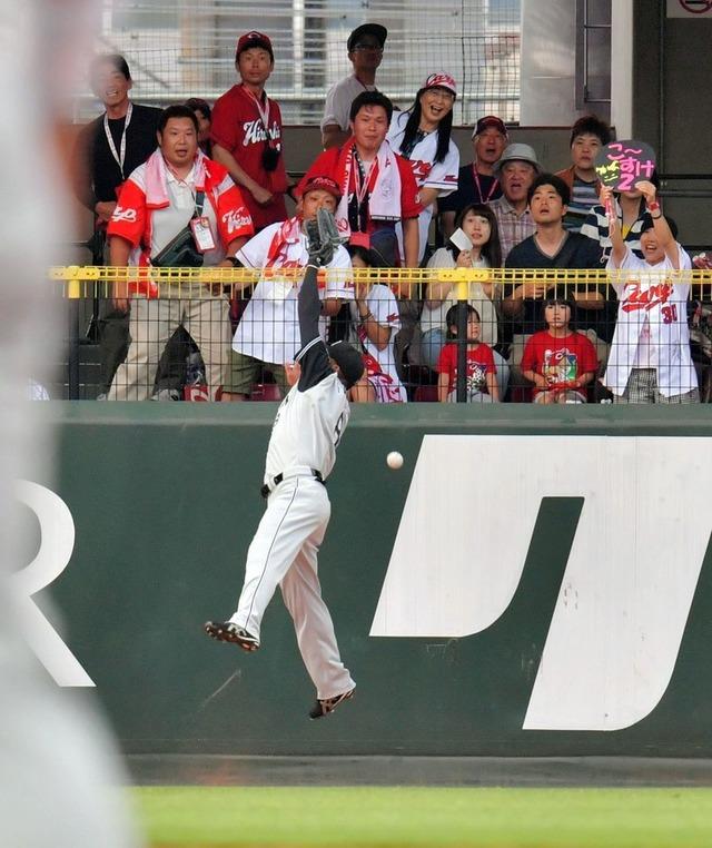 田中広輔の打球フェンスめり込む02