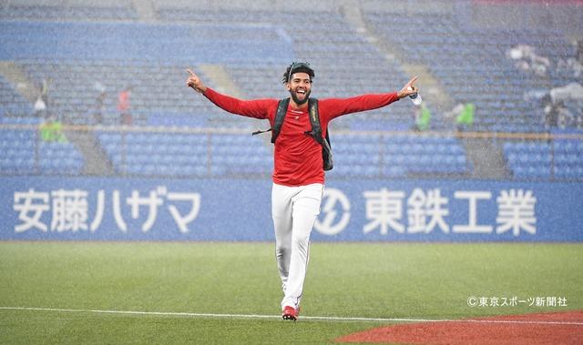 広島コルニエル、大雨&雹に大喜び!「かわいい」と好感度UP