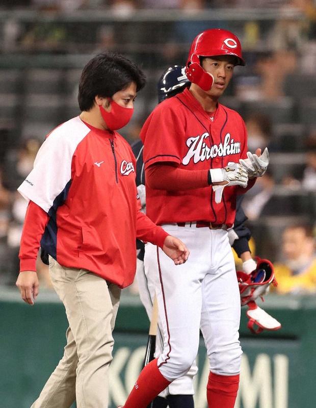 カープ宇草、右腓骨骨折の手術。阪神戦で足に死球