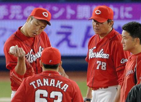 黒田また右手出して打球直撃_02